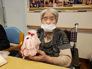 ピンクのワンちゃん人形と利用者様